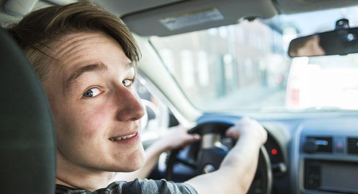 Jugendlicher hinter dem Lenkrad eines Autos