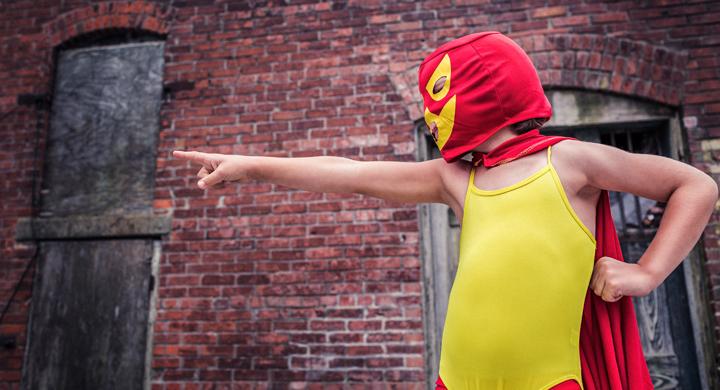 Junge in einem Lucha Libre Kostüm