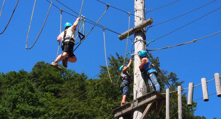 Jugendliche im Klettergarten