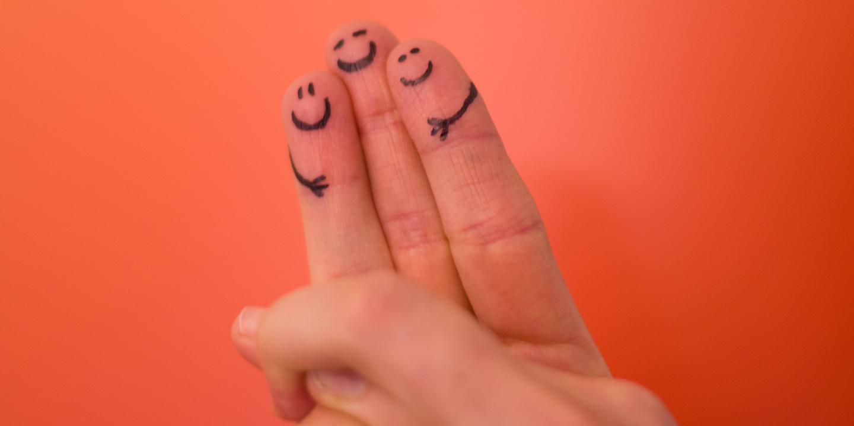3 Finger mit aufgemalten lachenden Gesichtern