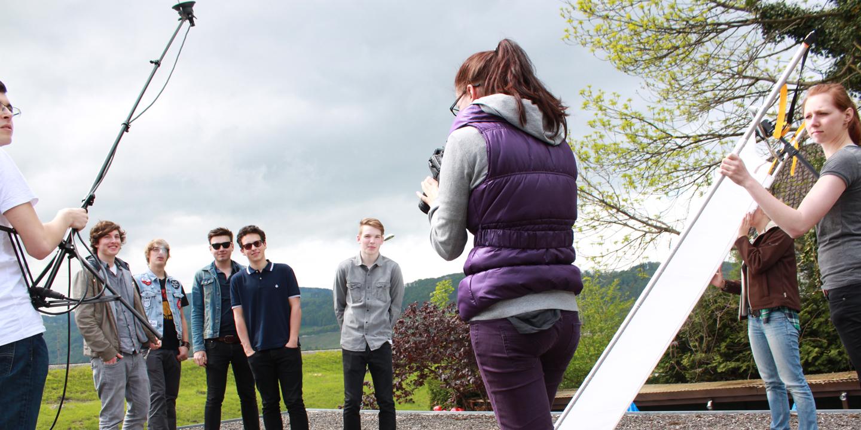 Eine junge Band lässt sich von einer jungen Fotografin ablichten.