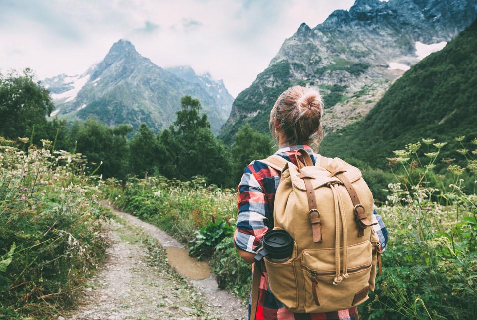 Jugendlicher am Wandern in den Bergen