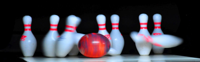 Bowlingkugel trifft Bowling-Pins