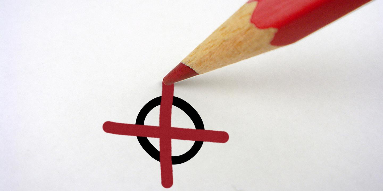 Kreuzchen über einem Kreis mit rotem Stift