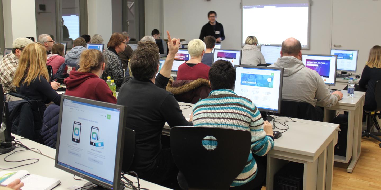 OrganisationsvertreterInnen bearbeiten Quest beim Workshop in Götzis zu aha plus