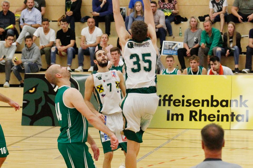 Basketballspieler macht gerade einen Dunk