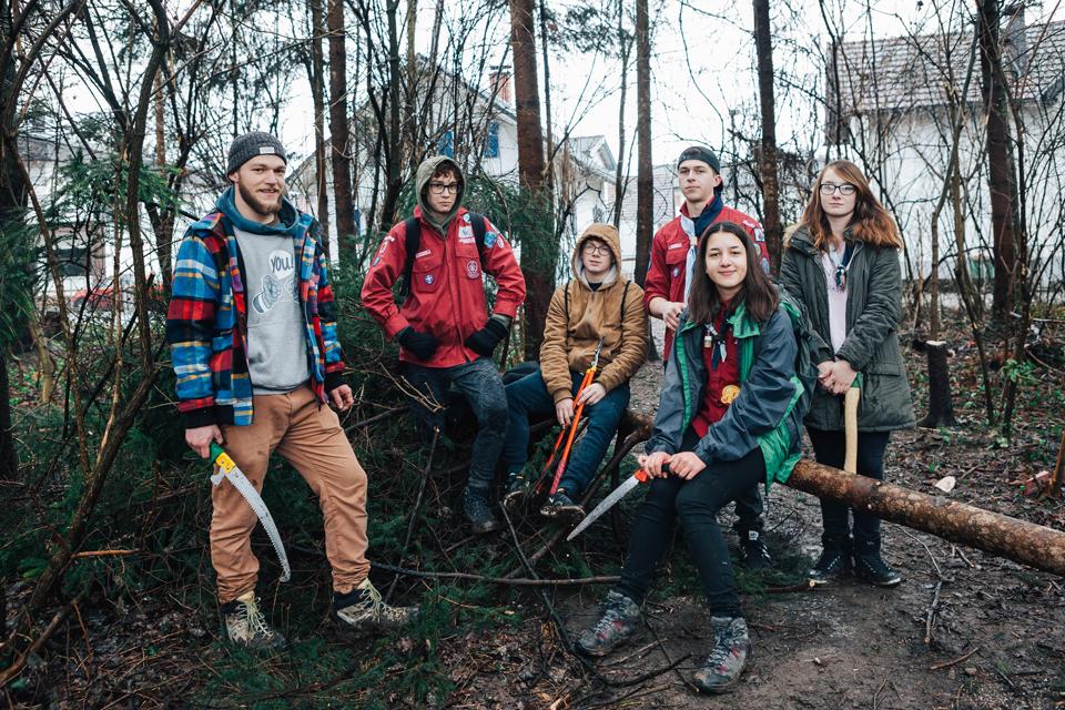 JUgendgruppe der Pfadi Hard bei Waldarbeiten.