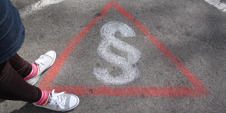 Paragrafen auf den Boden gemalt