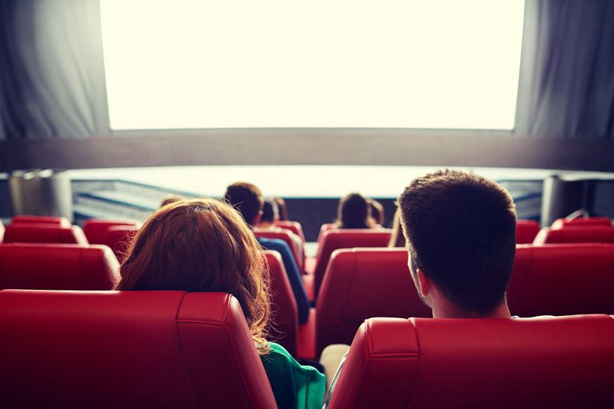 2 Jugendliche in einem Kinosaal.