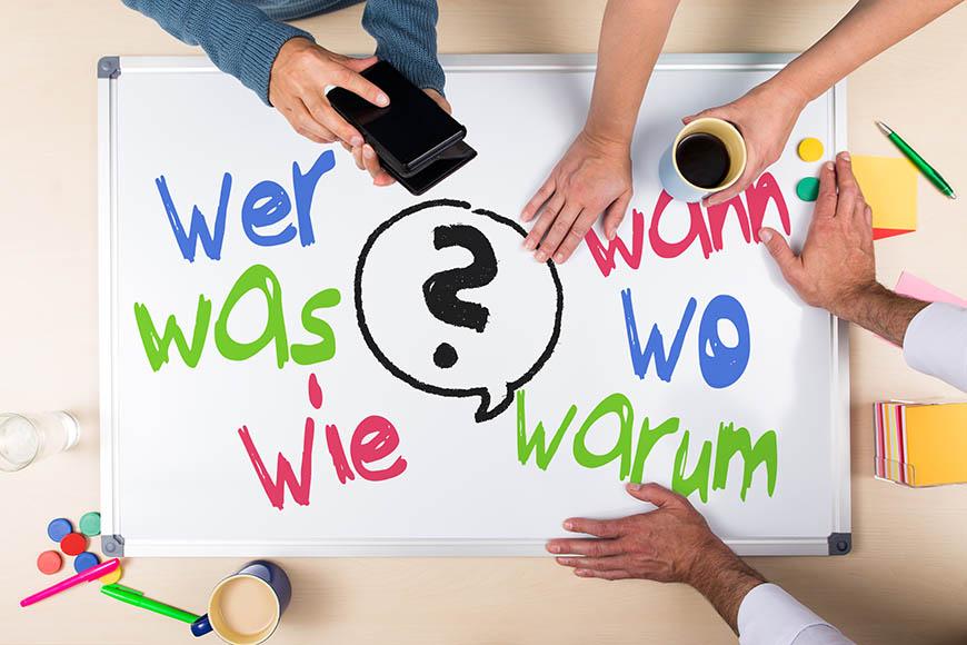 Board mit den 6 W-Fragen: wer, was, wie, wann, wo und warum