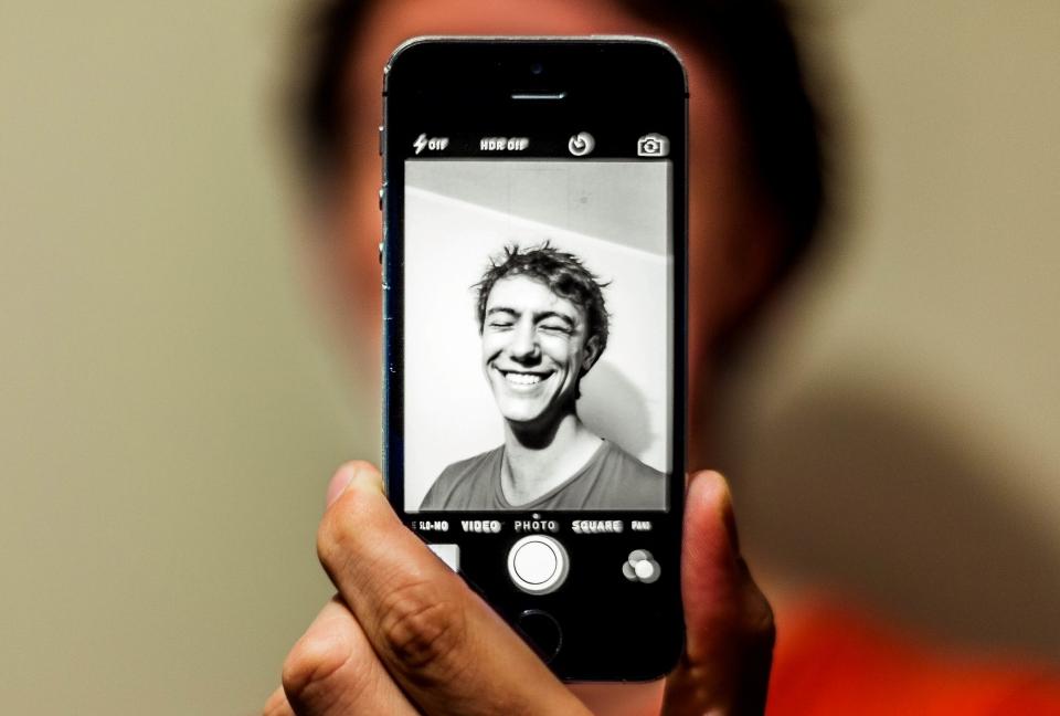 Smartphone mit einem Bild von einem Jugendlichen