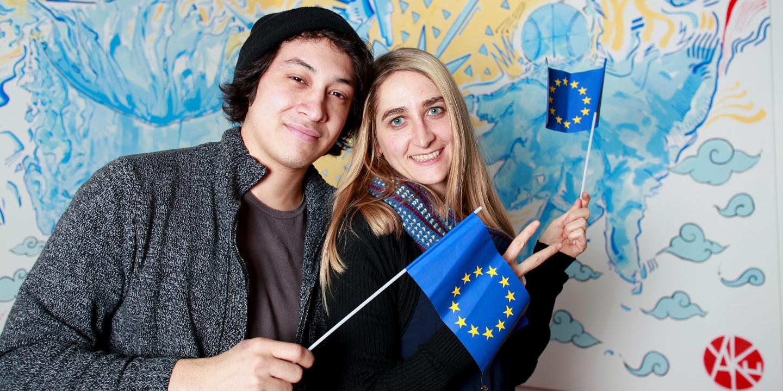 Junge Menschen engagieren sich für die EU.