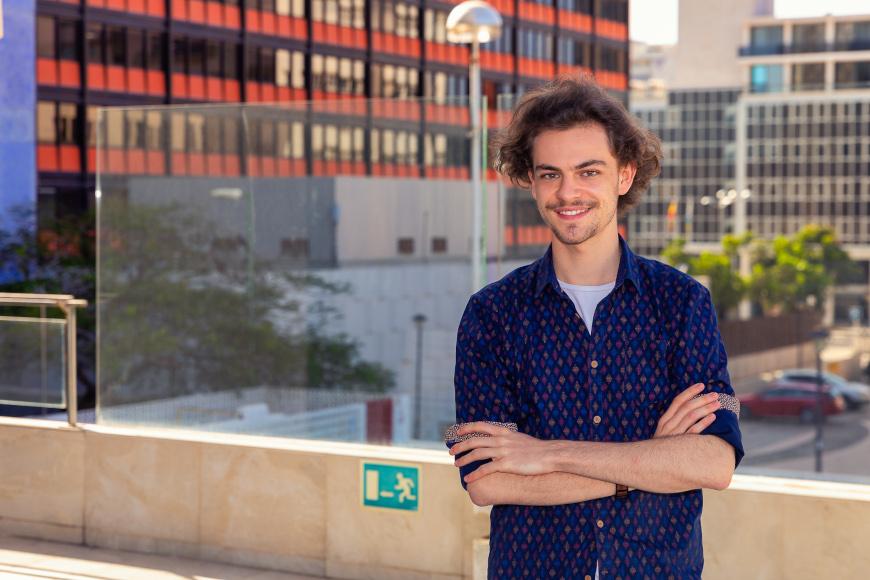 Portrait von Andreas in blauem Hemd